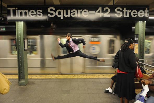 Стараясь осветить танец в обычной повседневной ситуации – будь то в метро на 42-ой улице или в Музее естествознания – Джордан хочет, чтобы фотографии выглядели органично. «Через драму фотографии я хотел объяснить, как бы танцор отреагировал на дождь или повел себя в магазине «Apple» или бы просто выпил кофе». На фото: Джеффри Смит у поезда номер 2. (JORDAN MATTER PHOTOGRAPHY / BARCROFT USA). Изображение № 3.