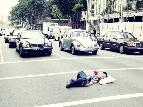 Пока ты спал:  Спящий приятель в публичных местах. Изображение № 1.