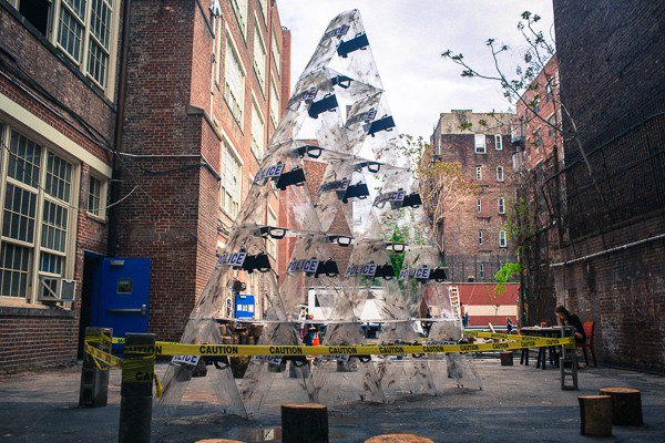 «Стабильность» в Нью-Йорке создана из местных полицейских щитов. Кроме этого на вершине «карточного домика» нет трона. Изображение № 1.