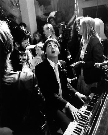 Пол Маккартни на свадьбе Ринго Старра, Лондон, 1981. Изображение № 5.