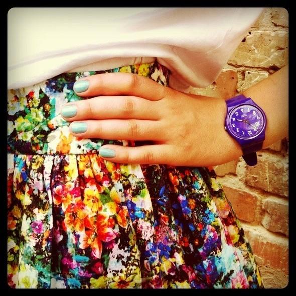 Бирюзовый лак Chanel отлично выглядит с юбкой с цветочным принтом и фиолетовыми часами Swatch. Изображение № 20.