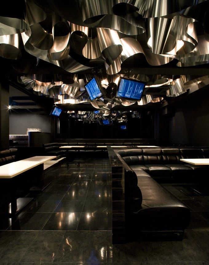 Японский бар превратили в сад цветов из алюминия. Изображение № 1.