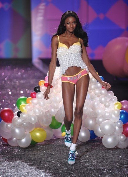 Victoria's Secret Fashion Show 2009–2010. Изображение № 12.