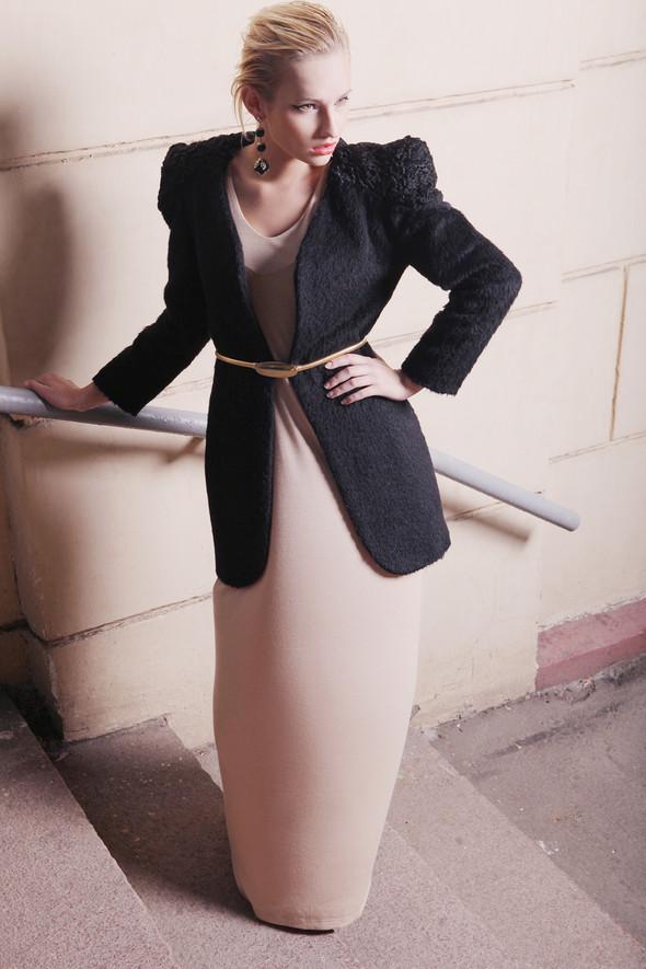 Пальто из шерсти и меха каракуля 18000 р.  Платье в пол из вискозы 4500 р.. Изображение № 5.