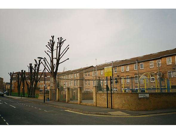 Улица, на которой мы жили с Массимо и другими ребятами. Наш дом ровно напротив первого дерева, прям за площадкой. Изображение № 18.