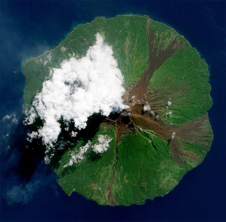 Как выглядит из космоса извержение вулкана. Изображение №6.