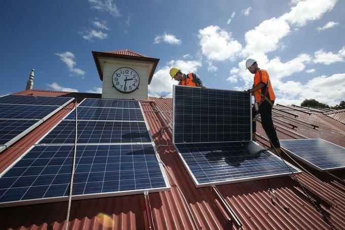 Рабочие устанавливают солнечные батареи новой энергетической системы Сиднея. Фотография: sydney2030.com.au. Изображение № 1.