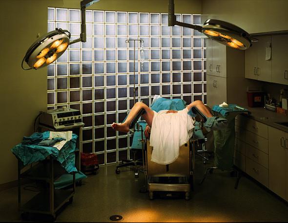 Гименопластика. Косметическая операция (Форт-Лодердейл, Флорида). Пациентке на этой фотографии 21 год. Она имеет палестинское происхождение и живет в Соединенных Штатах. Для соблюдения культурных традиций и оправдания семейных ожиданий относительно ее девственности и брака, девушка делает гименопластику, т.к. боялась, что будет отвержена своим будущим мужем и навлечет позор на всю свою семью. Именно поэтому, в тайне ото всех операция была сделана во Флориде пластическим хирургом, доктором Бернардом Стерном. Цель гименопластики состоит в том, чтобы восстановить разорванную девственную плеву – мембрану, которая частично покрывает влагалище. Это амбулаторная процедура, которая занимает приблизительно 30 минут и может быть сделана под местной или внутривенной анестезией. Доктор Стерн оценивает свою работу в 3500$. Доктор этот – мастер на все руки, умеет и вагинальное омоложение делать.. Изображение № 7.