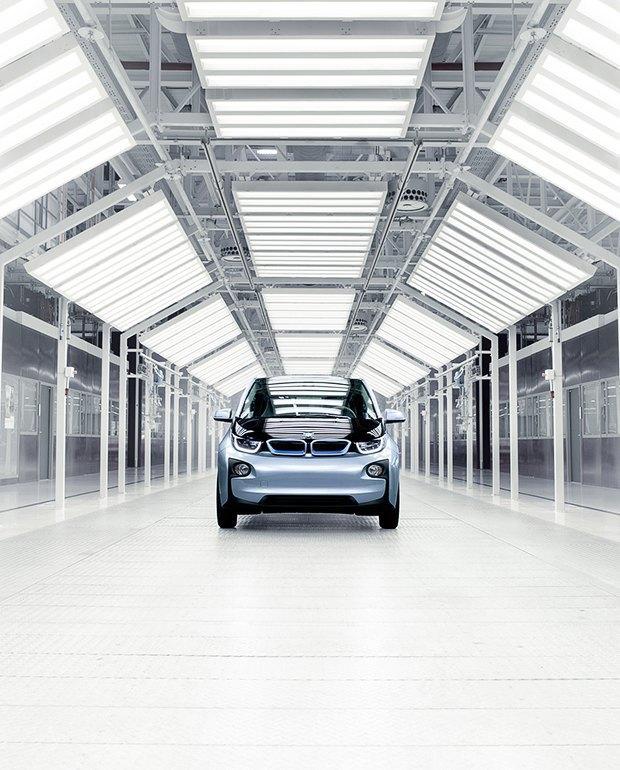Фабрика BMW авторства Захи Хадид вызывает мурашки у роботов. Изображение № 12.