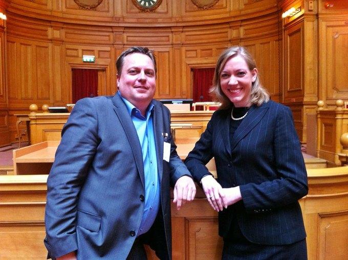 Томас Кристенсен с коллегой в шведском парламенте. Изображение № 1.