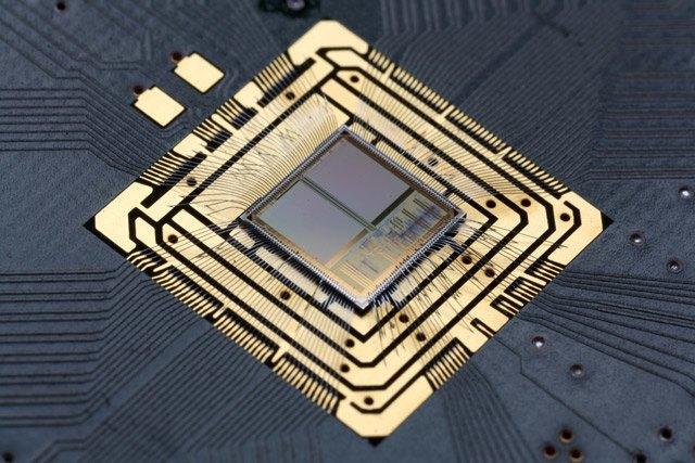 Плата SpiNNaker с 48 узлами и 864 процессорными ядрами ARM, способна в реальном времени обсчитывать модель процессов, происходящих в мозгу пчелы. Система масштабируемая, возможно соединение вместе множества плат SpiNNaker. В ближайшее время система сможет симулировать 1 % человеческого мозга. (© University of Manchester).. Изображение № 1.