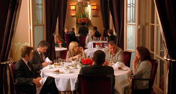 4. Claridge's Hotel  Чопорный викторианский отель, в котором на протяжении XX века часто останавливались коронованные особы, за что его прозвали «флигелем Букингемского дворца». Из менее аристократичных знаменитостей в его номерах ночевали Брэд Питт, Мик Джаггер, Альфред Хичкок и Одри Хепберн, а рестораном при отеле заведует Гордон Рамзи. Сюда дядя Говард (Том Уилкинсон) с помпой ведет в «Мечте Кассандры» своих бедных племянников (Эван Макгрегор и Колин Фаррелл), замышляя недоброе.. Изображение №49.