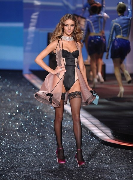 Victoria's Secret Fashion Show 2009–2010. Изображение № 19.