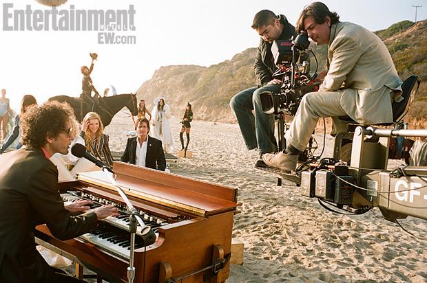 Слева — композитор фильма Лайам Хейз, также известный как Plush. Изображение № 3.