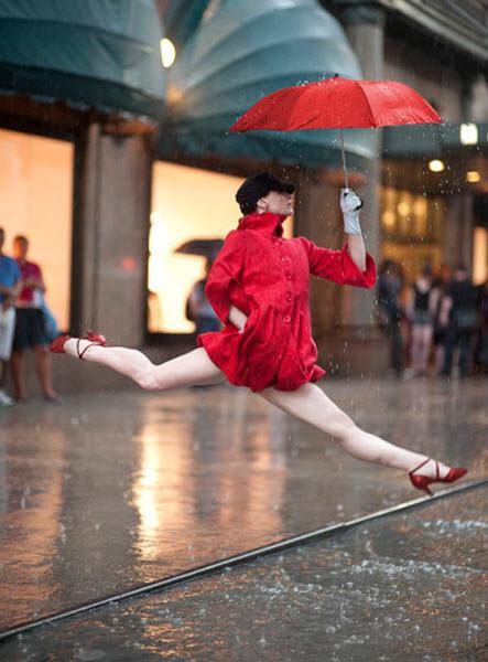 Джордан может сделать до 100 снимков, прежде чем получит желанный кадр. «Чтобы получить этот кадр девушки, танцующей под дождем у магазина «Macy's», мне потребовалось 96 кадров. Она прыгала на каблуках на мокрой поверхности, а это было нелегко». На фото: Аннмария Маццини у магазина «Macy's». (JORDAN MATTER PHOTOGRAPHY / BARCROFT USA). Изображение № 8.