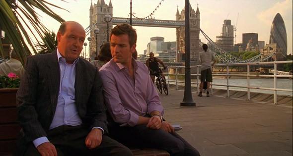 1. Tower Bridge  Одна из главных открыточных достопримечательностей Лондона. Разводной мост с хитроумной конструкцией, которой наверняка втайне завидуют все жители Санкт-Петербурга — благодаря галерее, соединяющей обе башни моста на высоте сорока четырех метров, пешеходы могут пересечь его даже тогда, когда под мостом плывут корабли. В «Мечте Кассандры» Вуди Аллен не ограничился его длинным планом, и также впихнул в кадр башню Нормана Фостера.. Изображение №27.