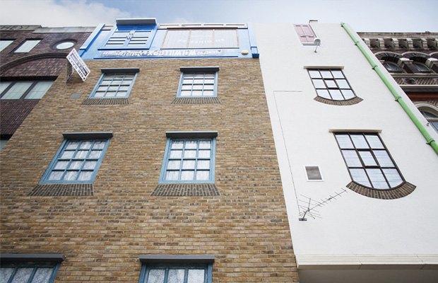 В Лондоне появился перевёрнутый вверх дном дом. Изображение № 4.