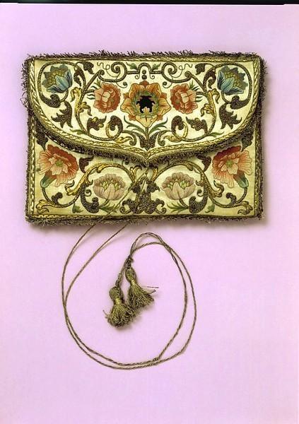 1700-1730 Эта маленькая начала 18 века женская сумка-конверт изготовлена из белого атласа, расшита полихромных шелком и нитью из позолоченного серебра. Изображение № 13.