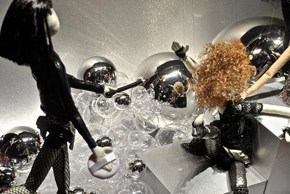 10 праздничных витрин: Робот в Agent Provocateur, цирк в Louis Vuitton и другие. Изображение № 31.