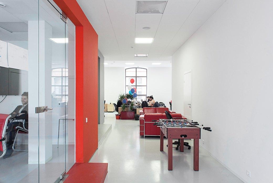 Лестница в никуда и хаски в московском офисе BBDO. Изображение № 6.