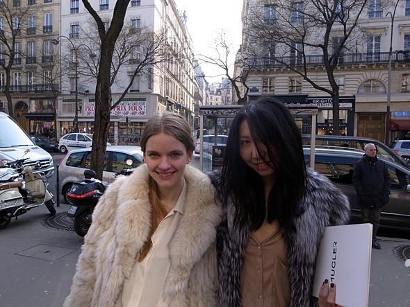 Полина Дубик (Harper's Bazaar) и Джама Нуркалиева перед показом Dries Van Noten. Изображение № 10.