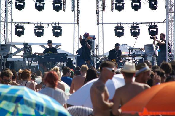 Фестиваль Worldwide на юге Франции: Танцпол у маяка, серфинг и суп из акулы. Изображение №15.