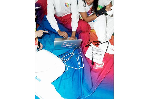 На выставке YOLO представят одежду для сёрфинга в интернете. Изображение № 2.