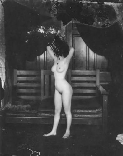 Части тела: Обнаженные женщины на винтажных фотографиях. Изображение №25.