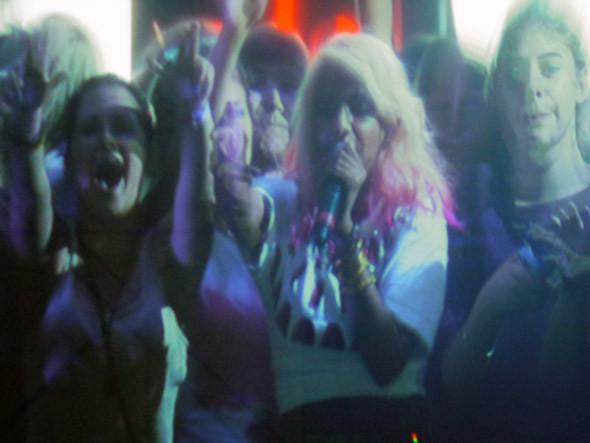 Майа на сцене с обезумевшими от счастья фанатами. Изображение № 9.