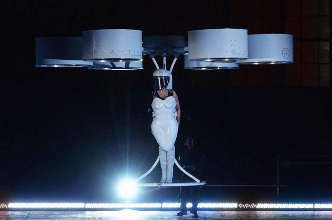Lady Gaga протестировала хай-тек-платье. Изображение № 1.