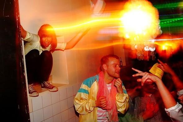 Baile funk - развязный и злой фанк, под который трясут попами в бедных бразильских фавелах. Изображение № 12.