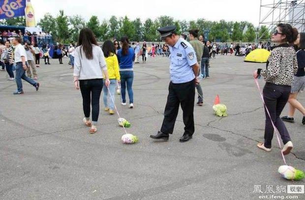 Китайские подростки выгуливают капусту на поводке. Изображение № 1.