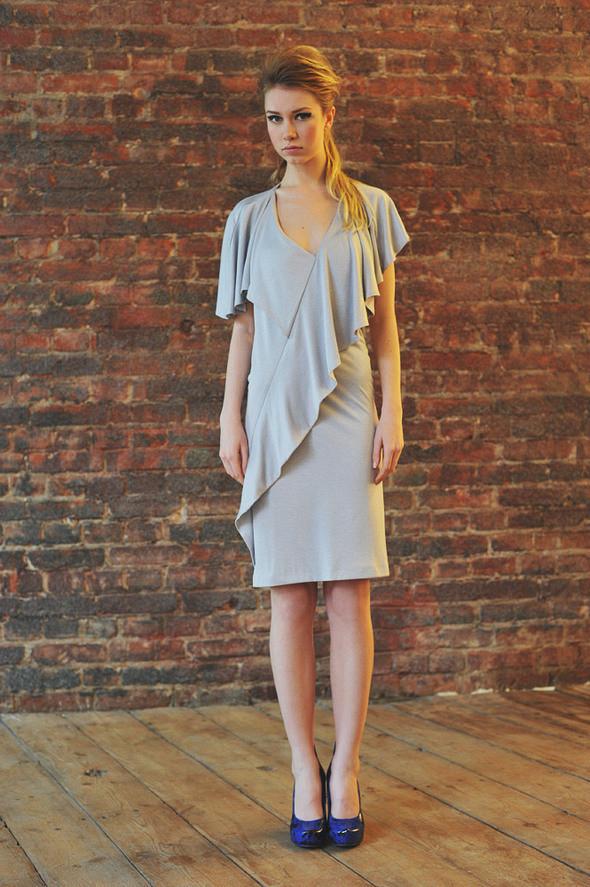 CW83 платье серое, трикотажное с открытой спиной состав:90% хлопок, 10% люрекс размеры: xs, s, m. Изображение № 10.