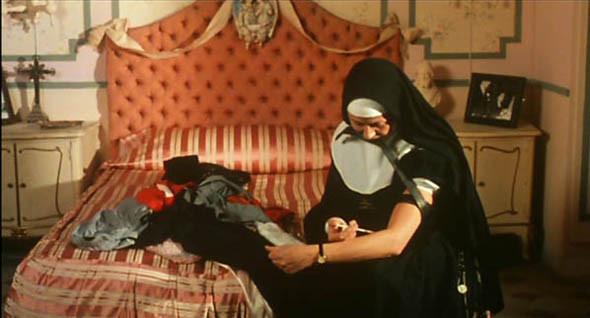 «Нескромное обаяние порока». После смерти любовника от передоза певица Йоланда пытается спрятаться в женском монастыре, но вскоре понимает, что там творятся не такие уж чистые дела. Вдобавок в героиню влюбляется лесбиянка-настоятельница.. Изображение № 20.