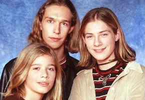 Братья Хэнсоны начали карьеру, когда им было 7, 9 и 12 лет. Четырежды платиновый альбом «Middle of Nowhere» выпустили пять лет спустя. Сейчас об этом мало кто знает, но они существуют до сих пор и в прошлом году выпустили 8-й сольный альбом.. Изображение № 17.