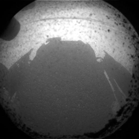 Марсоход Curiosity прислал первые фотографии с Красной планеты. Изображение № 1.