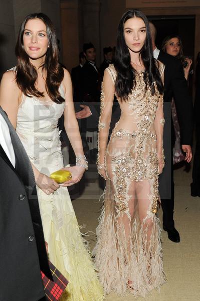 Изображение 10. 2011 MET Costume Institute Gala - Models style.. Изображение № 11.