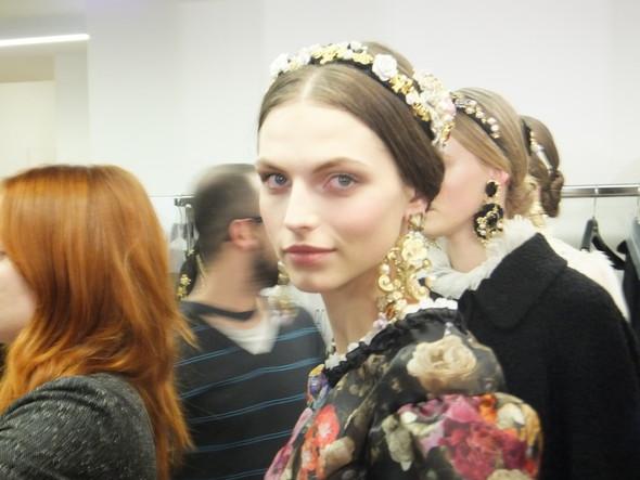 На бэкстейдже показа Dolce & Gabbana. Изображение № 22.
