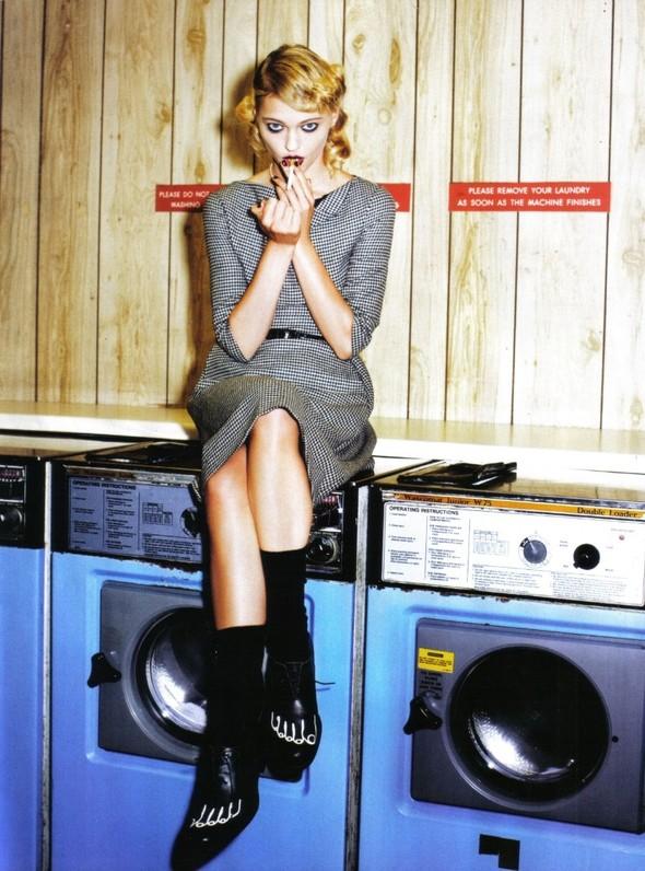 Архивная съёмка: Мила Йовович и Саша Пивоварова для Vogue, 2009. Изображение № 4.