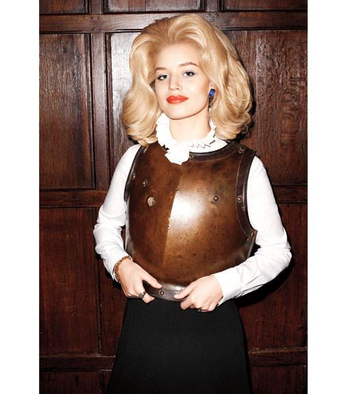 Терри Ричардсон снял Джорджию Мэй Джаггер в образе Маргарет Тэтчер. Изображение № 8.