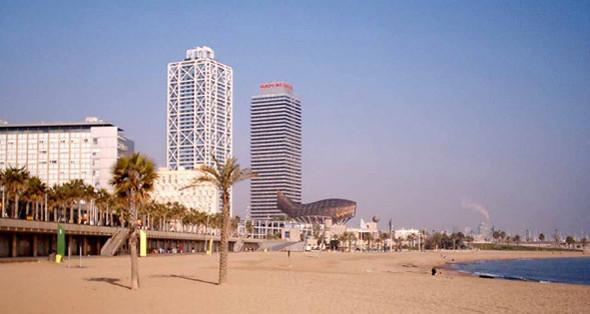 2. Hotel Arts Современный отель, без силуэта которого невозможно представить панораму барселонского пляжа, считается частью Олимпийской деревни. Hotel Arts не зря входит в топ-10 отелей, где можно чаще всего встретить знаменитостей: во время съемок «Вики Кристины Барселоны» здесь жили Ребекка Холл и Скарлетт Йоханссон, а для Вуди Аллена был зарезервирован целый этаж.. Изображение №70.