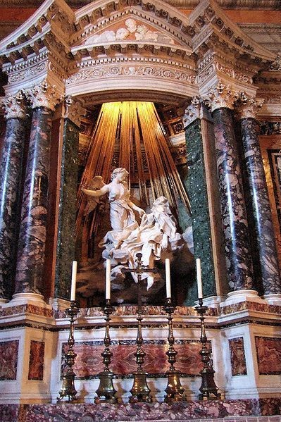 Скульптурная группа Бернини «Экстаз Святой Терезы» (1645—1652 гг) находится в римской церкви Санта-Мария-делла-Витториа. Изображение № 1.