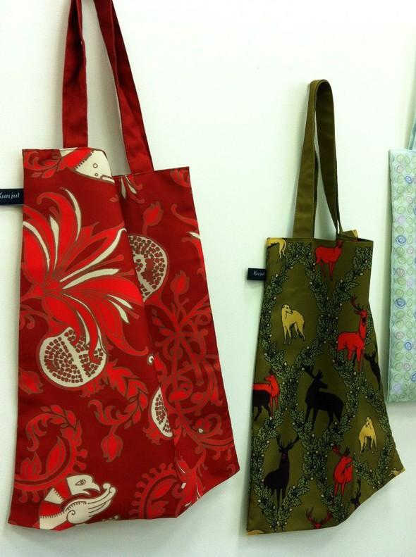 Запустили в производство сумки и шарфы с авторскими принтами. Изображение № 2.