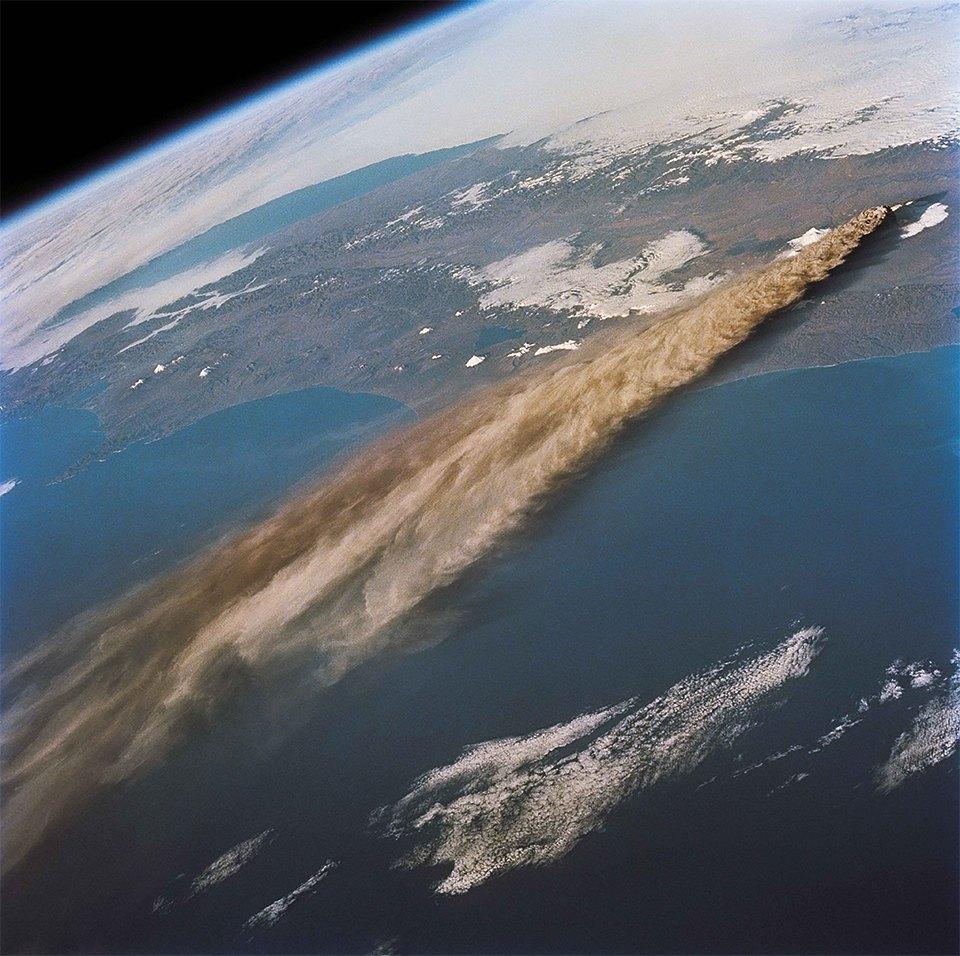 Как выглядит из космоса извержение вулкана. Изображение №2.
