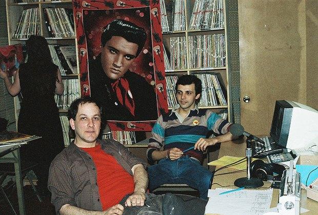 Ирвин Чусид (на переднем плане) в студии WFMU. Изображение № 1.