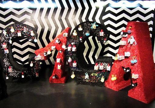 10 праздничных витрин: Робот в Agent Provocateur, цирк в Louis Vuitton и другие. Изображение № 47.