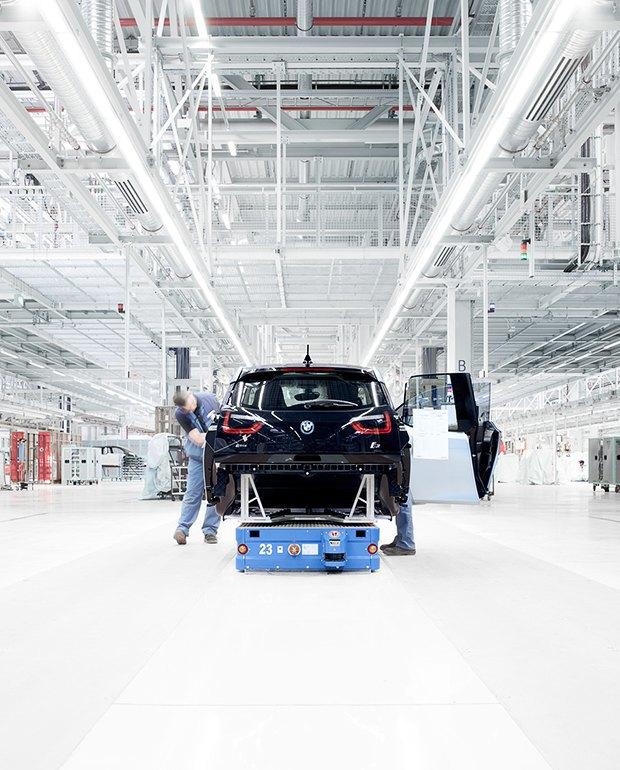 Фабрика BMW авторства Захи Хадид вызывает мурашки у роботов. Изображение № 11.