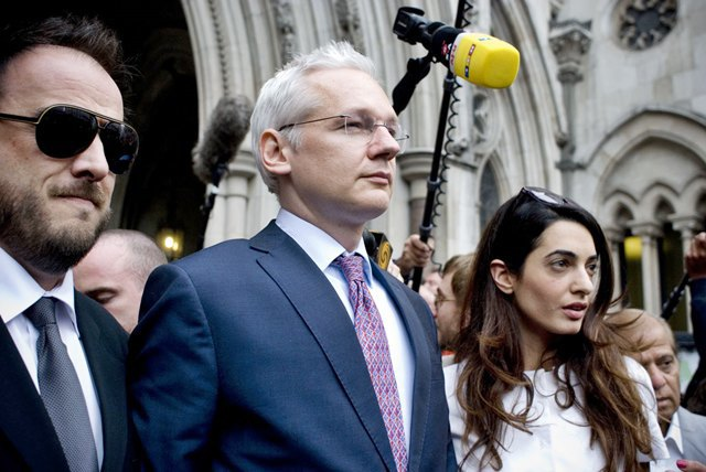 Джулиан Ассанж в 2011 году на выходе из Королевского судного двора (Лондон). Изображение № 1.