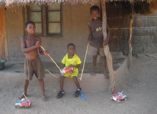 Самодельные игрушки детей изМалави. Изображение № 3.