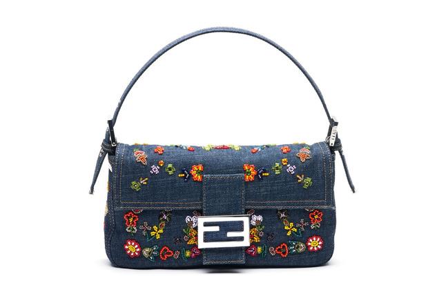 Карл Лагерфельд выпускает коллекцию к юбилею сумки Fendi Baguette. Изображение № 10.
